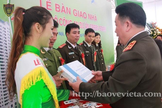 Thứ trưởng Bùi Văn Thành trao tượng trưng chìa khoá căn hộ.