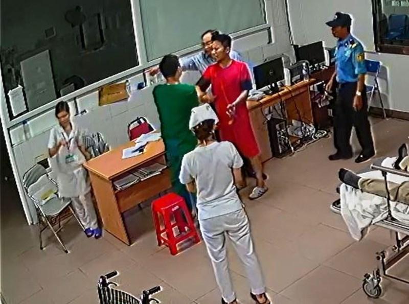 Đuổi việc nhân viên bảo vệ trong vụ bác sĩ bị tát ở Nghệ An