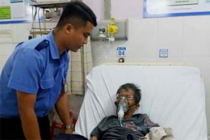 Nam nhân viên bảo vệ giúp đỡ cõng bệnh nhân tới khoa cấp cứu