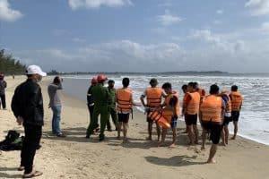 Bảo vệ nhà hàng mất tích khi cứu học sinh bị sóng biển cuốn