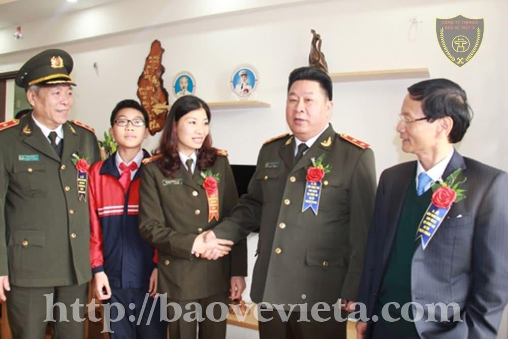 Thứ trưởng Bùi Văn Thành thăm gia đình CBCS được nhận căn hộ.