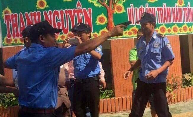 Nhóm bảo vệ chĩa súng còng tay hiệu trưởng giữa sân trường