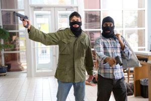 Cướp ngân hàng trước mặt bảo vệ